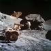 Harrison Schmitt mintákat gyűjt egy szikláról