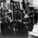 SS-katona ellenőrzi a gettóból kilépő papírjait.