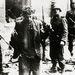 Német katonák fogtak el egy lázadót.