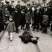 A járókelők tudomást sem vesznek a földön fekvő férfiról. Történészek máig vitatják, hogy a fotó valódi, vagy megrendezett jelenetet ábrázol-e.