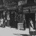Járókelők egy zsidó bolt előtt 1938-ban, Varsóban.