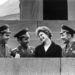 Tyereskova a hadsereg tisztjeinek gyűrűjében a forradalom 43. évfordulóján a Lenin mauzóleum közelében.