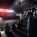 New Yorkiak figyelik a közlekedő autók fényét az éjszakai sötétségben