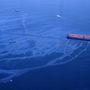 Légifotó a tartályhajóból ömlő olajról