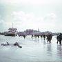 A Juno-szakaszon partraszálló szövetséges katonák 1944. június 6-án. A partszakasz azóta sem sokat változott, hogy a 14 ezer kanadai katona a partra masírozott. Az akcióban 340-en haltak meg közülük.
