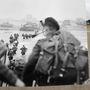 Brit egységek szállnak ki a csapatszállító hajóból a Sword-parton június hatodikán hajnalban.