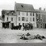 Német katona holtteste Trevieres város piacterén, a háttérben amerikai katonai rendészek állnak a dzsipjük mellett.