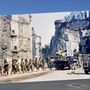Amerikai menetoszlop halad keresztól St. Lo tönkrebombázott romjai között. A várost egy kétezer repülőből álló bombázókülönítmény tette a földdel egyenlővé.