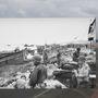 Amerikai katonák állnak az Omaha-part már biztonságossá tett szakaszán.