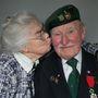 A 90 éves Pat Churchill feleségével, Karinnel.