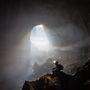 Egy barlangász a vietnami Hang Son Doong barlang bejáratánál. A barlangrendszert 1991-ben fedezte föl egy helyi lakos, és valószínűleg ez a legnagyobb barlangrendszer az egész bolygón.