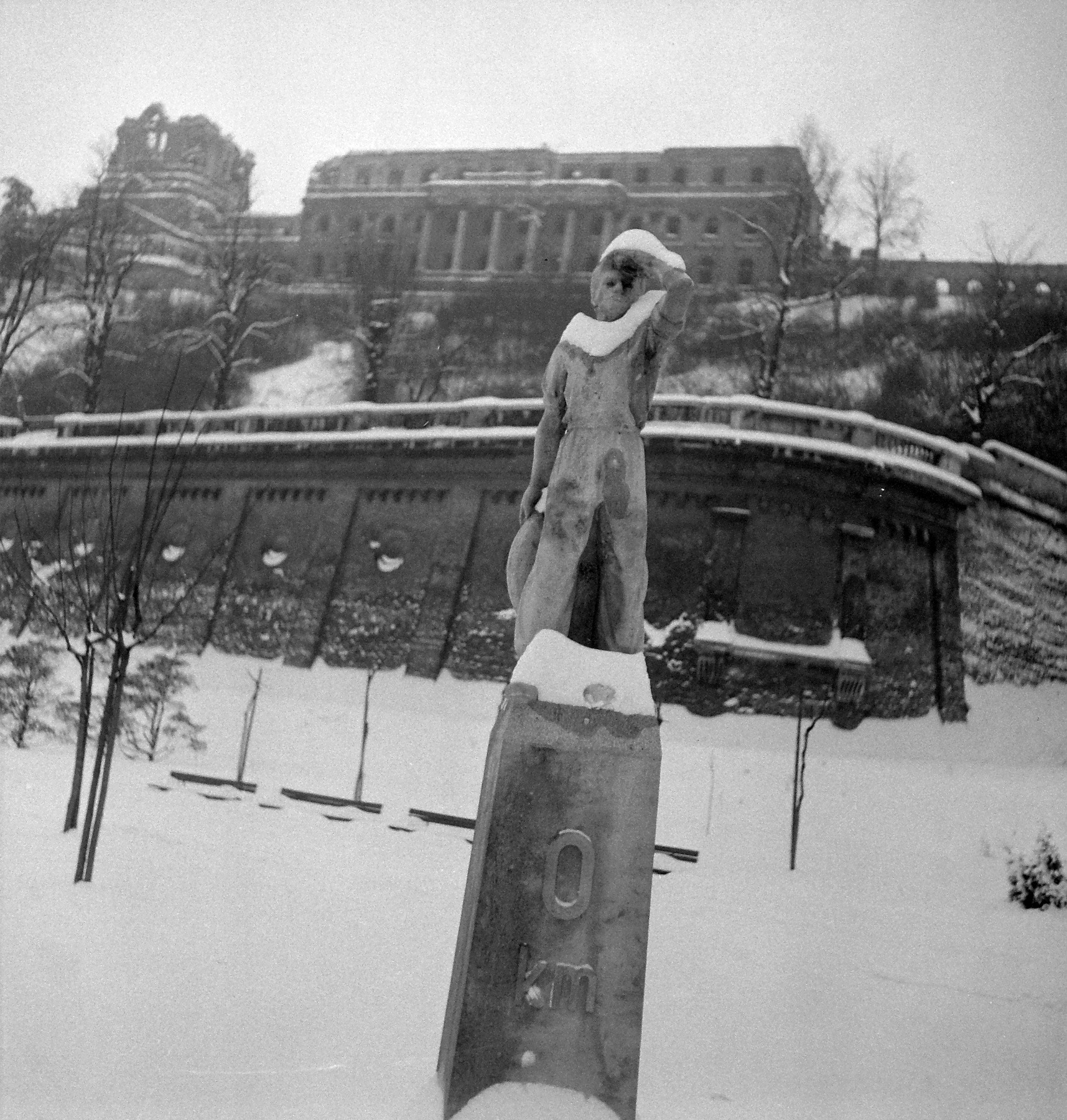 Borsos Miklós firssen átadott szobra 1975-ben