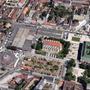 A Szent István tér délről nézve, a Google Maps 2012-es felvételén. Középen a templom, mögötte a városháza, két oldalán a már rendezett térrészekkel. A templommal szemben, és a túloldalán a piac egy-egy csarnoka. A virág alakú épület a Virágpiac. Az új piac a kép bal oldalán látható földszintes házak és a zöld kertek helyére kerül. Cserébe lebontják a mai piacépületeket és a helyüket parkosítják. Az északi oldalon a buszmegállóval jelzett épület második szomszédja jobbra az egykori zeneiskola, ma plébánia. A jobb alsó sarokban a Központ bisztró, ahol remek hamburgert adnak, és ha fehér ingben mész be, egyből hoznak egy plusz szalvétát, amit a nyakadba tűrhetsz, hogy le ne edd magad