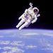 1984. február 11. STS-41B: történelmi pillanat, Bruce McCandless II az első űrhajós, aki szabadon, biztonsági rögzítés nélkül hajtott végre űrsétát speciális karosszékében (MMU, manned maneuvering unit).