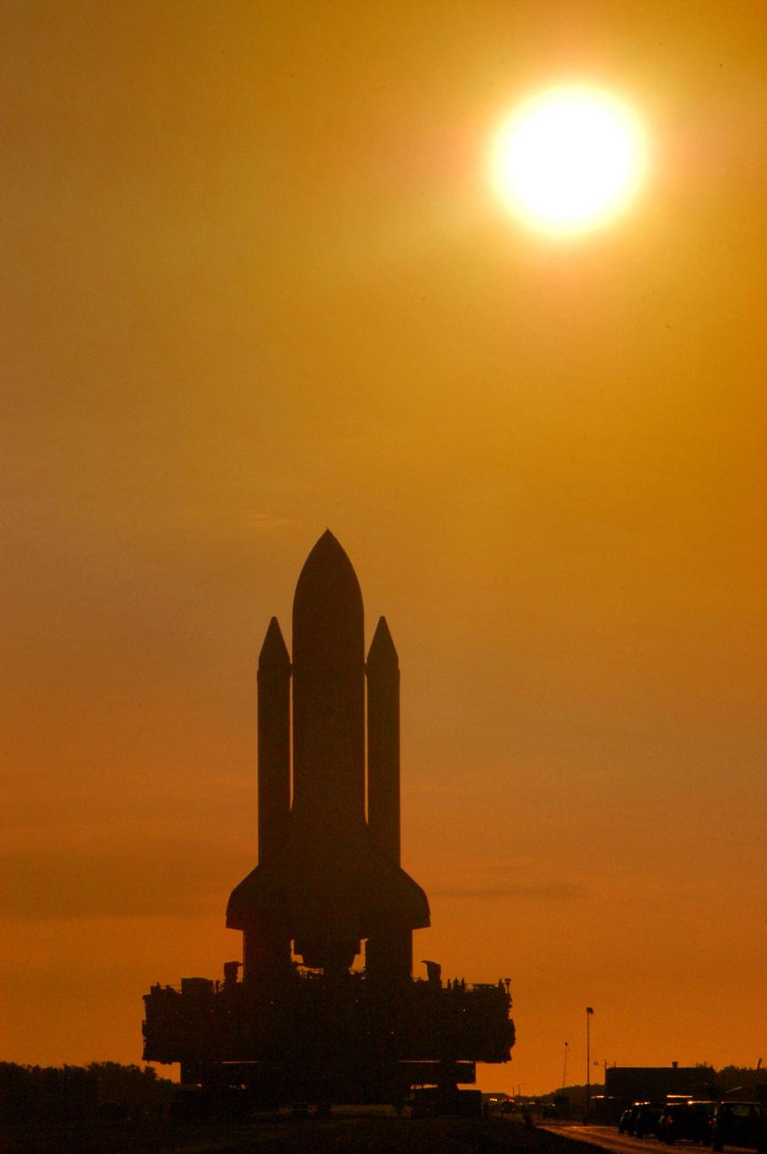 2010. április 20. Az STS-131-es küldetésről visszatért Discoveryt betolják a hangárba.