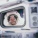 STS-49: az űrsétán lévő Rick Hieb benéz az űrsikló ablakán. Hieb és két társa, Pierre Thuot és Thomas Akers befogták a meghibásodott Intelsat VI kommunikációs műholdat.