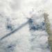 A füstoszlop árnyéka a felhőzetre vetül