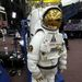Ember az űrben, űrhajósbábu a csarnokban