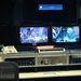 Az egyik kontrollszoba monitorjain épp akcióban vannak az űrhajósok.