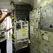 Egy másik szimulátorban az eredeti űrsiklófedélzet pontos másolata